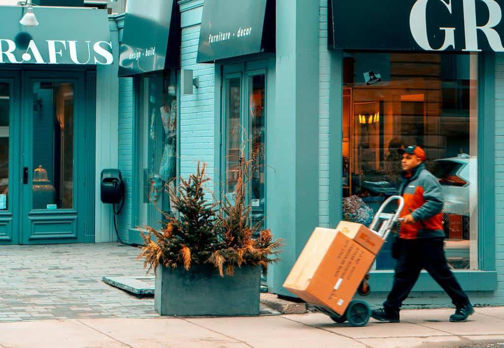 mężczyzna dostarczający paczki w mieście