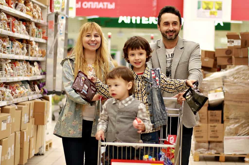 mama, tata i dzieci robią zaupy w supermarkecie