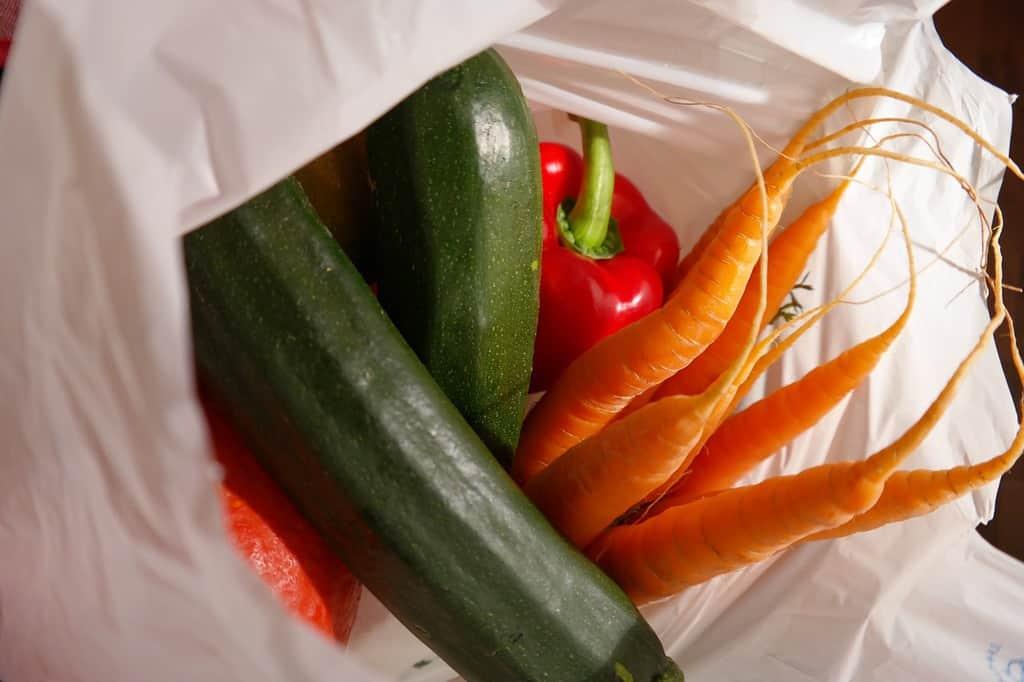 torba na zakupy z marchewką, ogórkiem, papryką i cukinią