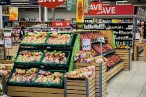 skrzynki z owocami ustawione w sklepie spożywczym