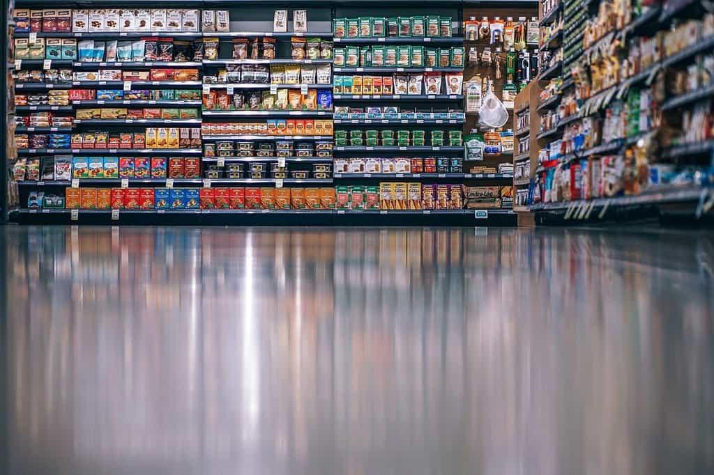 alejka w hipermarkecie na tle sklepowych półek