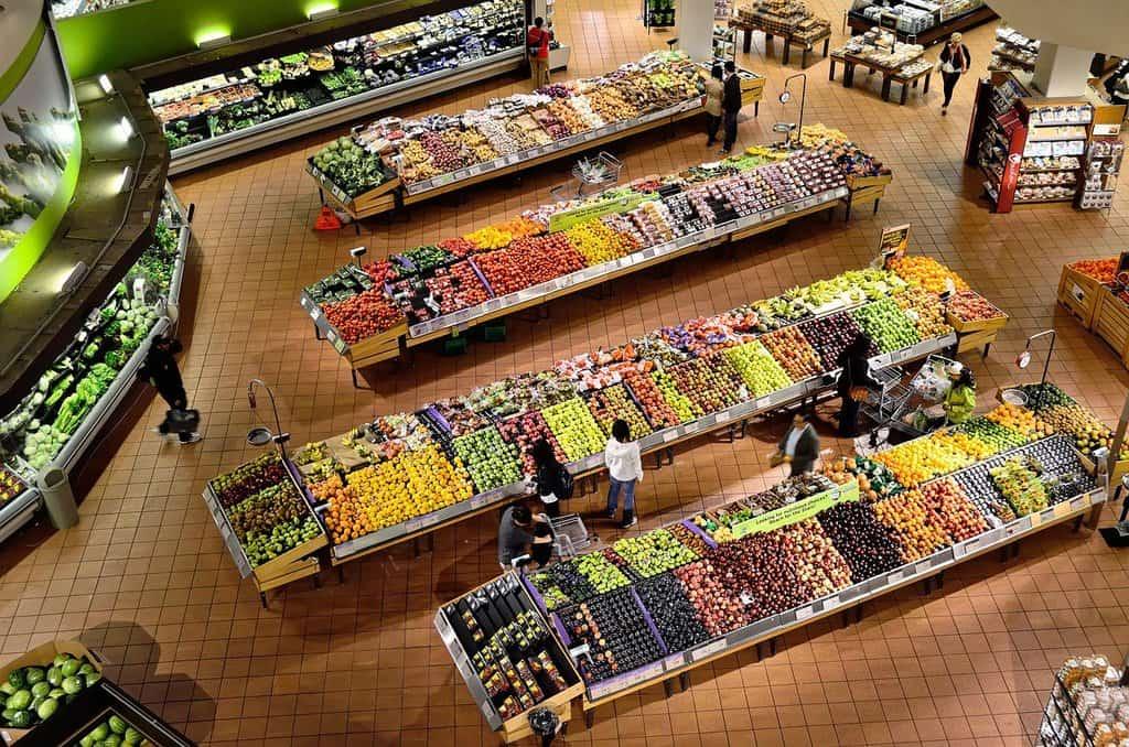 widok na dział warzyw i owoców w supermarkecie