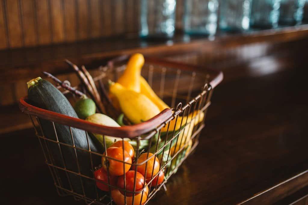 koszyk wypełniony warzywami