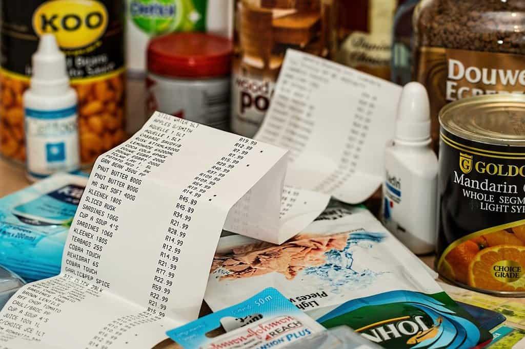 rachunek ze sklepu na tle artykułów spożywczych