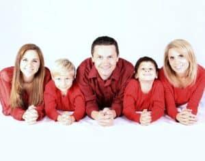 rodzice z trójką dzieci