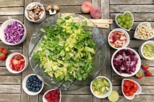 różne warzywa wmiseczkach ustawionych nastole