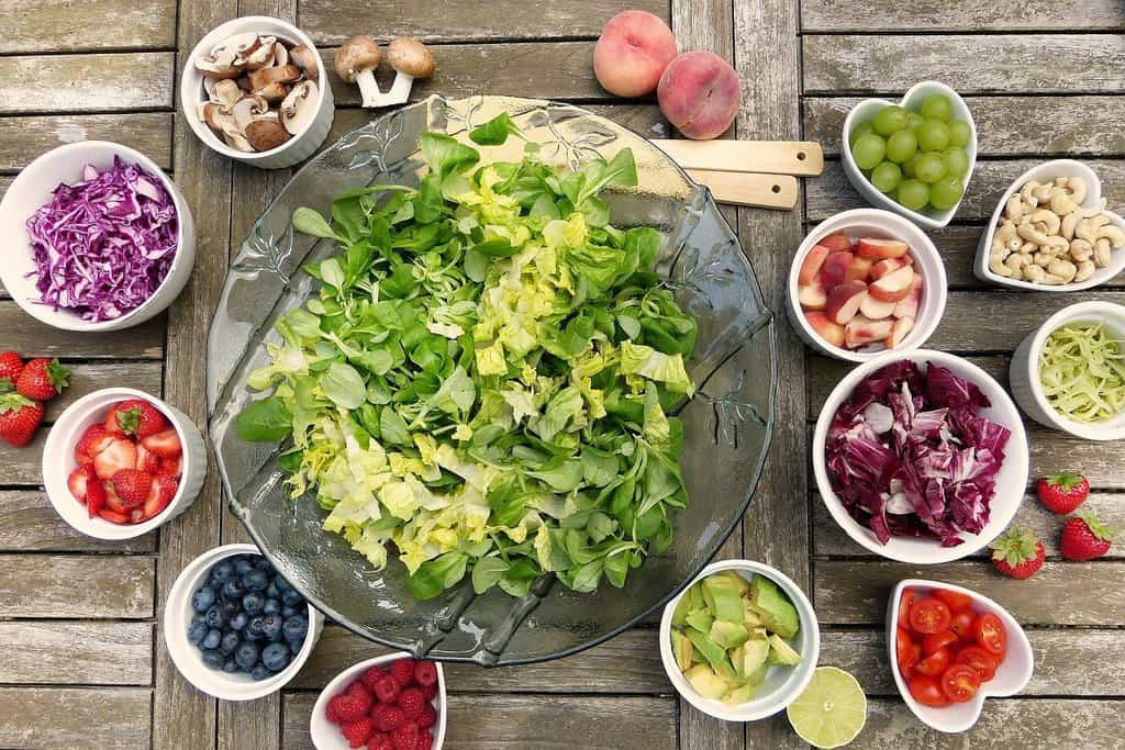 różne warzywa w miseczkach ustawionych na stole