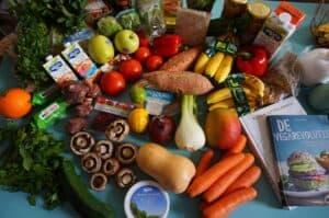 warzywa i owoce rozłożone na stole