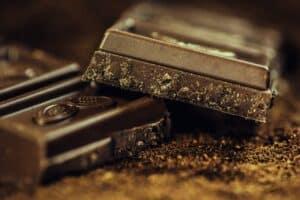 ułamane kawałki gorzkiej czekolady