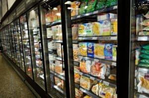 różne mrożonki ułożone w sklepowej lodówce