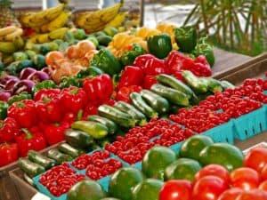kosze z różnymi warzywami ustawione w sklepie