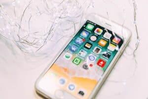 telefon komórkowy z właczonym ekranem dotykowym i aplikacjami