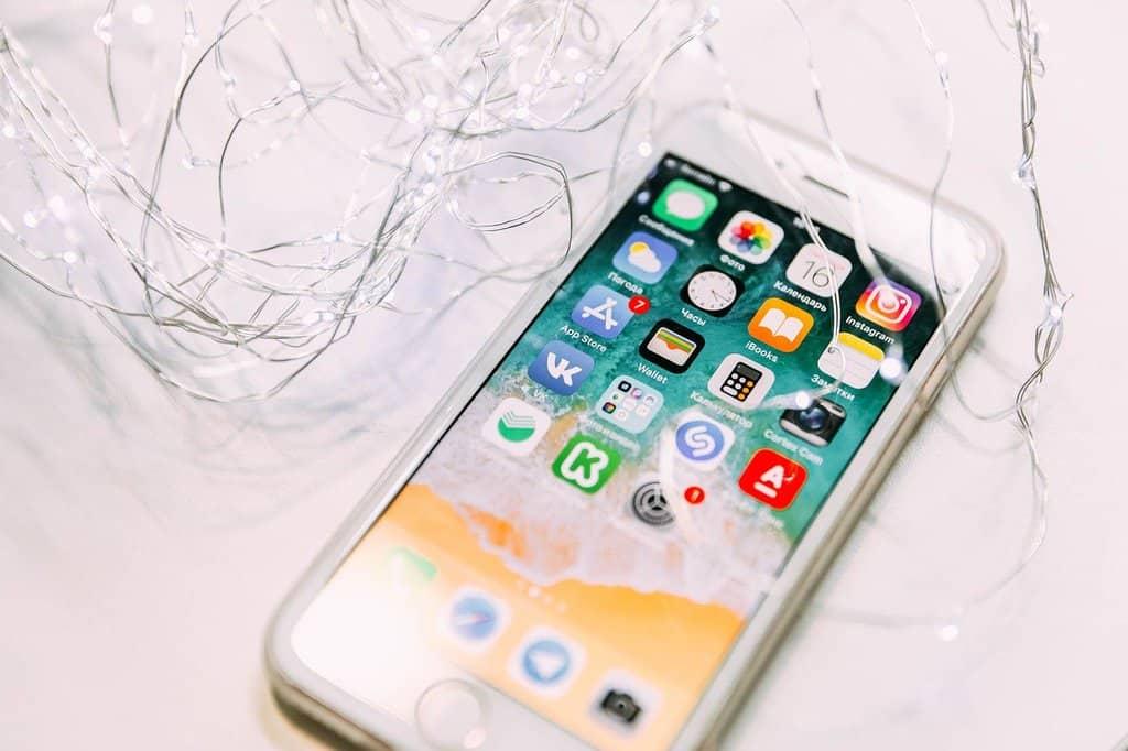 telefon komórkowy zwłaczonym ekranem dotykowym iaplikacjami