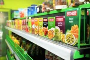 kasza, ryż i inne prdukty stojące na sklepowej półce