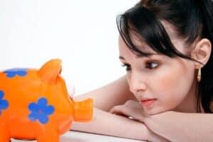 młoda kobieta przyglądająca się śwince skarbonce